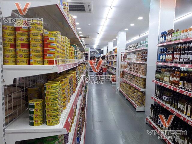 Kệ siêu thị đôi lưng lưới vinatech lắp đặt