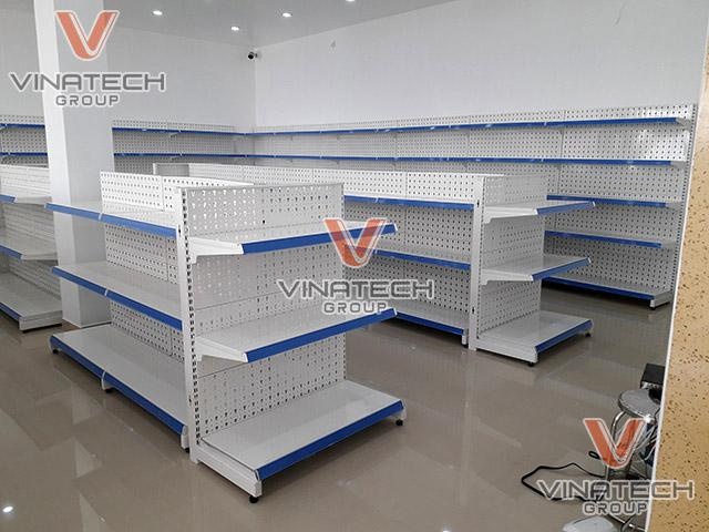 set up kệ đơn tôn đục lỗ cho cửa hàng