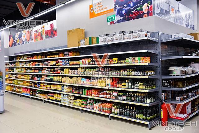 kệ áp tường tôn lỗ trong siêu thị