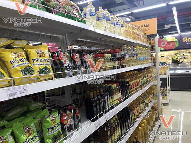 kệ lưng lưới bày hàng siêu thị