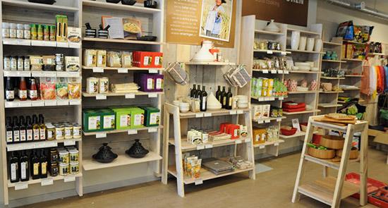cách trưng bày hàng hóa trên giá kệ siêu thị mini mới nhất