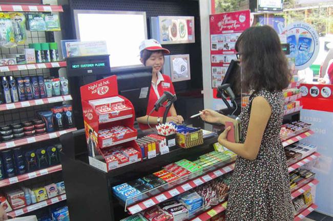 bày hàng trên giá kệ siêu thị mini