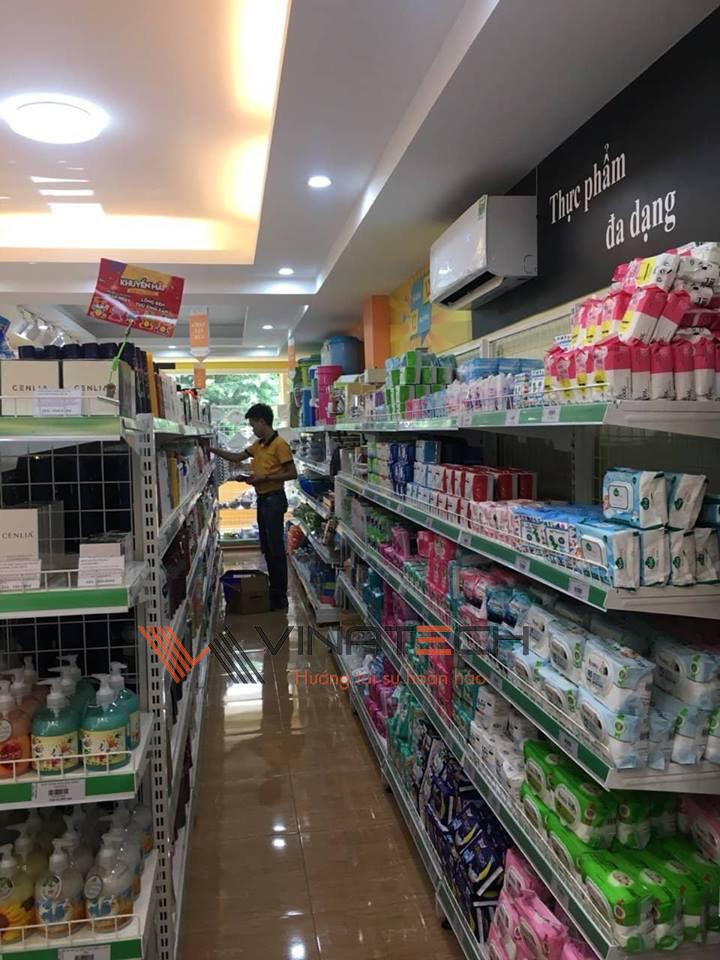 sắp xếp hàng hóa lên giá kệ siêu thị mini
