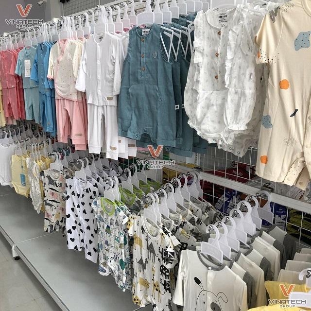 mẫu kệ bày quần áo trẻ em vinatech 2